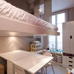 Idee per una piccola cameretta per bambini da 4 a 10 anni design con pareti beige, pavimento grigio e pavimento in cemento