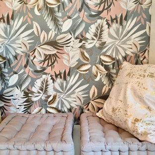 Ispirazione per una cameretta per bambini da 4 a 10 anni minimalista di medie dimensioni con pareti grigie, pavimento in laminato e pavimento beige