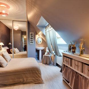 Cette image montre une grande chambre d'enfant rustique avec un mur marron et un sol en bois clair.