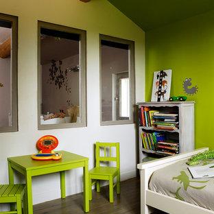Inspiration pour une chambre d'enfant de 4 à 10 ans design de taille moyenne avec un sol en bois brun et un mur multicolore.