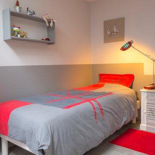 Foto di una cameretta per bambini da 4 a 10 anni contemporanea di medie dimensioni con pareti multicolore e pavimento in linoleum
