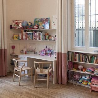 Inspiration pour une chambre de fille de 4 à 10 ans traditionnelle avec un bureau, un mur beige et un sol en bois clair.