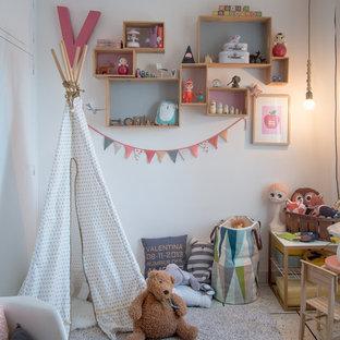 Idéer för mellanstora eklektiska flickrum kombinerat med lekrum och för 4-10-åringar, med vita väggar och klinkergolv i keramik