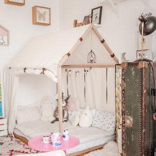 Ejemplo de dormitorio infantil bohemio con paredes blancas, suelo de madera clara y suelo marrón