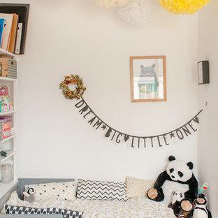 Cette image montre une chambre d'enfant bohème avec un mur blanc.