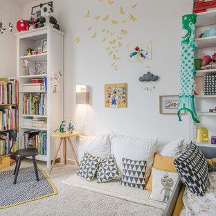 Aménagement d'une salle de jeux d'enfant de 4 à 10 ans éclectique avec un mur blanc, moquette et un sol beige.