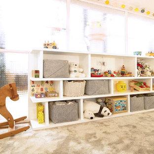 Idéer för att renovera ett mellanstort funkis könsneutralt småbarnsrum kombinerat med sovrum, med vita väggar, heltäckningsmatta och grönt golv