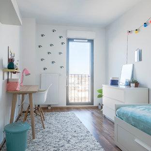 Foto de dormitorio infantil nórdico con paredes blancas y suelo de madera oscura