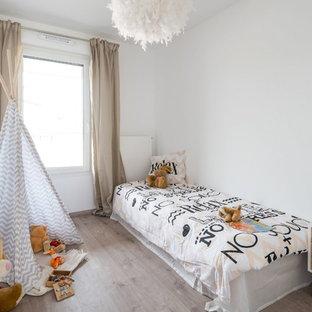Inspiration pour une chambre d'enfant design avec un mur blanc et un sol marron.
