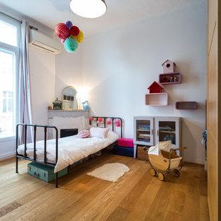 Inspiration pour une grand chambre d'enfant de 4 à 10 ans traditionnelle avec un mur blanc et un sol en bois brun.
