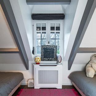 Diseño de dormitorio infantil de 4 a 10 años, tradicional renovado, de tamaño medio, con paredes blancas