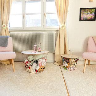 Immagine di un'ampia cameretta per bambini stile shabby con pareti bianche, parquet chiaro e pavimento beige