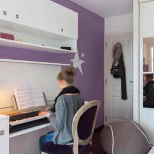 Réalisation d'une chambre d'enfant design de taille moyenne avec un mur violet.