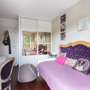 Exemple d'une chambre d'enfant tendance avec un mur blanc et un sol en bois foncé.