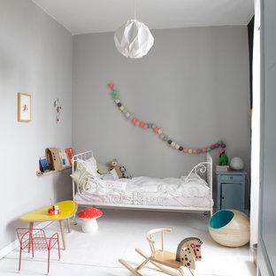 Cette photo montre une chambre d'enfant de 4 à 10 ans tendance de taille moyenne avec un mur gris et un sol en bois peint.