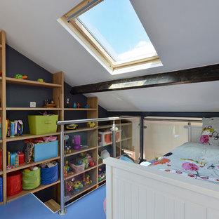 Réalisation d'une chambre d'enfant de 4 à 10 ans design avec un mur bleu et un sol bleu.