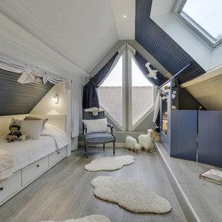 Idée de décoration pour une grand chambre d'enfant tradition avec un mur multicolore, un sol en bois clair et un sol gris.
