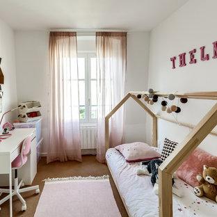 Aménagement d'une chambre d'enfant de 4 à 10 ans contemporaine de taille moyenne avec un mur blanc, moquette et un sol marron.
