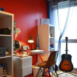 Idee per una piccola cameretta per bambini industriale con pareti rosse, parquet chiaro e pavimento marrone