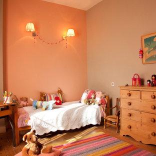 Exempel på ett stort klassiskt flickrum kombinerat med sovrum och för 4-10-åringar, med mellanmörkt trägolv och flerfärgade väggar