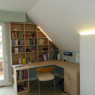 Ispirazione per una piccola cameretta per bambini con pareti verdi, moquette e pavimento verde