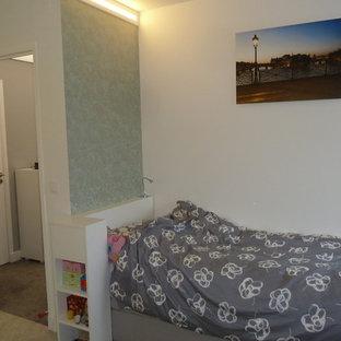 Imagen de dormitorio infantil romántico, pequeño, con paredes verdes, moqueta y suelo verde
