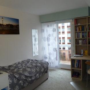Immagine di una piccola cameretta per bambini con pareti verdi, moquette e pavimento verde