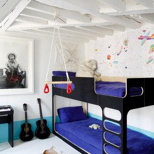 Aménagement d'une chambre d'enfant de 4 à 10 ans scandinave de taille moyenne avec un mur blanc et un sol en bois peint.