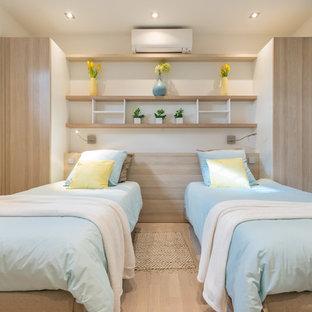 Cette image montre une chambre d'enfant marine avec un mur blanc, un sol en bois clair et un sol beige.