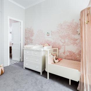 Idées déco pour une chambre d'enfant de 1 à 3 ans contemporaine avec un mur rose, moquette et un sol gris.