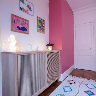 Idee per una piccola cameretta per bambini da 4 a 10 anni minimal con pareti rosa e parquet scuro
