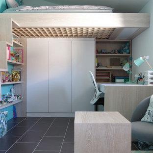 Свежая идея для дизайна: маленькая нейтральная детская в современном стиле с спальным местом, синими стенами, полом из керамической плитки и черным полом для ребенка от 4 до 10 лет - отличное фото интерьера