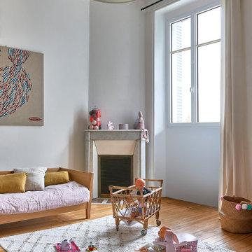 Fenêtre traditionnelle avec crémone dans une chambre d'enfant