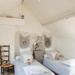 Idées déco pour une chambre d'enfant de 4 à 10 ans campagne de taille moyenne avec un mur blanc et un sol en bois clair.