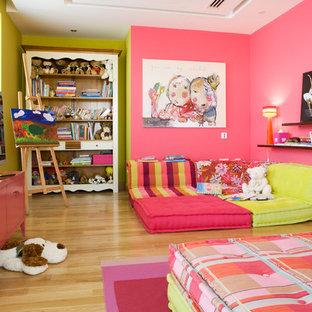 Idées déco pour une grande chambre d'enfant de 4 à 10 ans classique avec un mur multicolore et un sol en bois clair.
