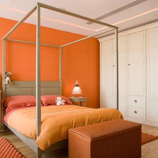 Modelo de dormitorio infantil clásico, grande, con parades naranjas y suelo de madera clara