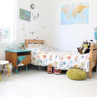 Idée de décoration pour une chambre d'enfant de 4 à 10 ans design de taille moyenne avec un mur blanc et un sol en bois clair.