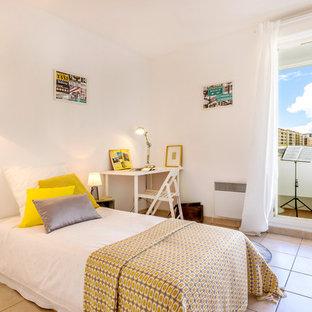 Imagen de dormitorio infantil actual, de tamaño medio, con paredes blancas y suelo de baldosas de cerámica