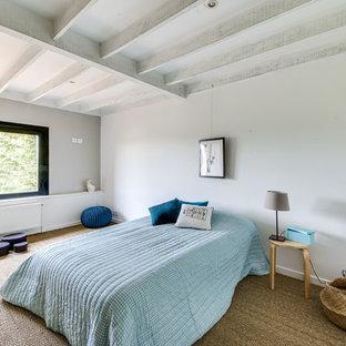Inspiration för stora moderna könsneutrala tonårsrum kombinerat med sovrum, med vita väggar, skiffergolv och brunt golv