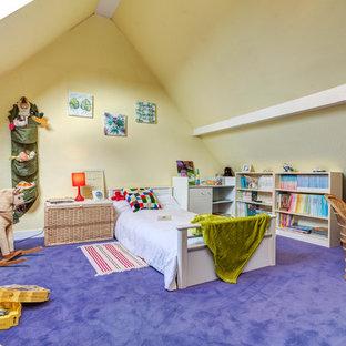Immagine di una cameretta da letto da 4 a 10 anni bohémian con pareti gialle, moquette e pavimento viola
