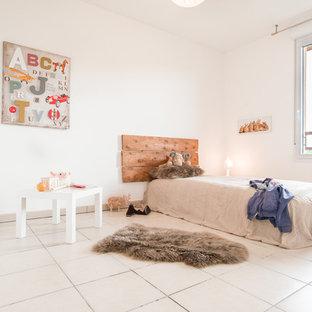 Réalisation d'une grande chambre d'enfant de 4 à 10 ans design avec un mur blanc et un sol en carrelage de céramique.