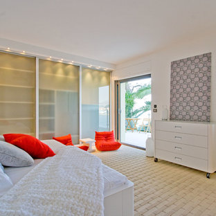 На фото: большая нейтральная детская в современном стиле с спальным местом, белыми стенами, полом из известняка и бежевым полом