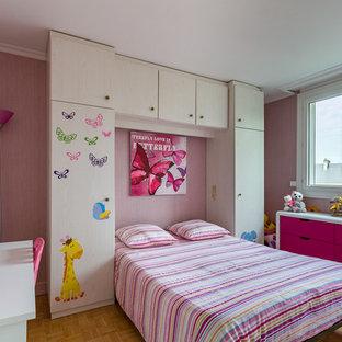 Idée de décoration pour une chambre d'enfant de 4 à 10 ans design avec un mur rose et un sol en bois clair.