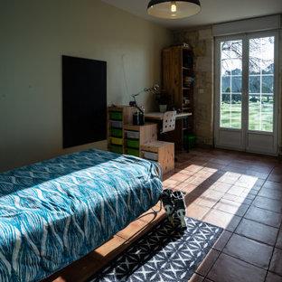 Idee per una grande cameretta per bambini country con pareti beige, pavimento in terracotta e pavimento beige