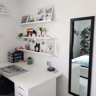 Idee per una piccola cameretta per bambini tropicale con pareti bianche, pavimento in vinile e pavimento grigio