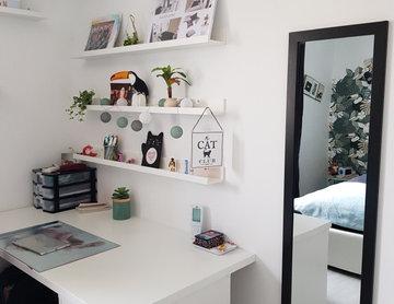 Installation d'un bureau avec étagères