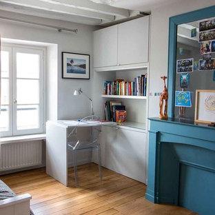 Idee per una cameretta per bambini da 4 a 10 anni minimal con pareti grigie, parquet chiaro, pavimento marrone e travi a vista