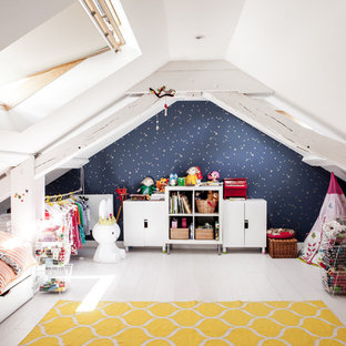 Exempel på ett mellanstort skandinaviskt flickrum kombinerat med sovrum och för 4-10-åringar, med vita väggar och målat trägolv