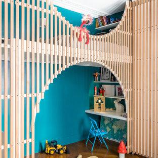 Inspiration pour une chambre d'enfant de 4 à 10 ans design avec un mur bleu, un sol en bois brun et un sol marron.