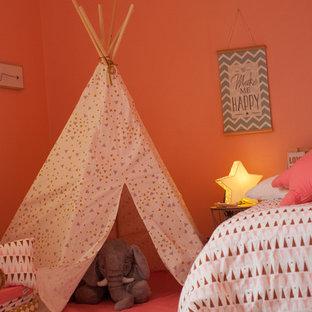 Foto di una piccola cameretta per bambini da 4 a 10 anni nordica con parquet chiaro e pavimento bianco